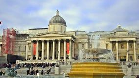 Fontana di Trafalgar Square e del National Gallery al giorno a Londra video d archivio
