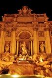 Fontana di Trevi在罗马,意大利,在晚上 免版税库存图片