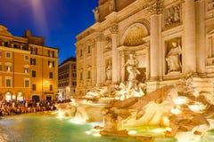 Fontana Di TREVI στη Ρώμη που φωτίζεται τη νύχτα Στοκ Εικόνα