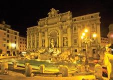 Fontana di Trevi entro la notte Roma Immagini Stock Libere da Diritti