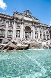 Fontana di Trevi gegen einen klaren blauen Himmel Lizenzfreie Stockfotografie