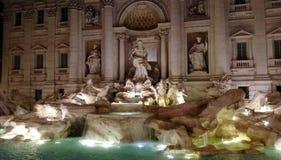 Fontana di Trevi di notte Immagini Stock Libere da Diritti