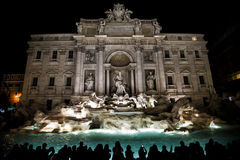 Fontana di trevi vid natt royaltyfria foton