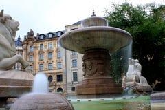 Fontana di Wittelsbach su Maximiliansplatz, Monaco di Baviera, Germania Immagini Stock Libere da Diritti