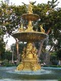 Fontana dorata del giardino floreale Fotografia Stock Libera da Diritti