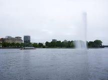 Fontana e barca turistica sul lago Alster, Amburgo Immagini Stock