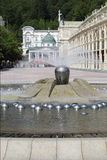 Fontana e colonnato nella stazione termale del marianske Fotografie Stock Libere da Diritti