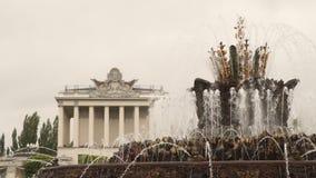 Fontana e costruzione a VDNKh a Mosca video d archivio