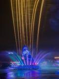 Fontana e fuochi d'artificio colorati Fotografie Stock