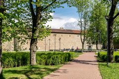 Fontana e giardino al castello di Narva immagine stock