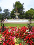 Fontana e giardino floreale Fotografia Stock