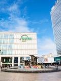 Fontana e negozi su Alexanderplatz a Berlino Immagine Stock