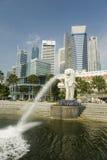 Fontana e paesaggio urbano moderno Fotografia Stock
