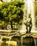 Fontana e piccioni della città di Madrid immagini stock