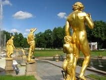 Fontana e sculture a St Petersburg Immagine Stock Libera da Diritti