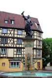 Fontana e statua nel centro di Colmar fotografia stock libera da diritti