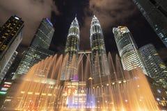 Fontana e torri colorate di Petronas Fotografie Stock Libere da Diritti
