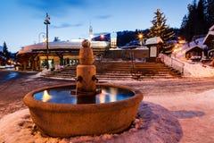 Fontana ed albero di Natale in Megeve alla mattina Immagini Stock