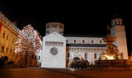 Fontana en Kerstboom met witte lichten in Trento stock afbeeldingen