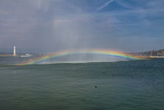 Fontana famosa con l'arcobaleno a Ginevra Fotografia Stock