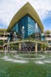 Fontana fuori del centro commerciale recentemente eretto del centro commerciale della città di IOI Fotografia Stock