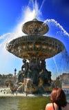 Fontana gettante a Parigi Immagini Stock Libere da Diritti