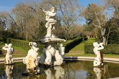 Fontana & giardini. Palazzo nazionale. Queluz. Il Portogallo Fotografie Stock Libere da Diritti