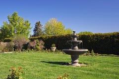 Fontana in giardino vuoto Immagine Stock