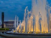 Fontana illuminata in Amaliehaven o in Amalie Gardens con la O fotografia stock libera da diritti