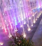 Fontana leggera illuminata Colourful alla notte fotografia stock libera da diritti