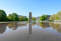 Fontana moderna di architettura, circondata da acqua, a Berlino del centro Immagini Stock