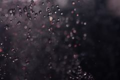 Fontana multicolore dello spruzzo alla notte Fotografie Stock Libere da Diritti