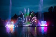 Fontana musicale con le illuminazioni variopinte alla notte Fotografia Stock