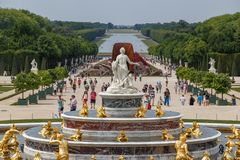 Fontana nei giardini del palazzo di Versailles, Francia fotografia stock