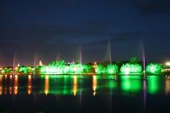 Fontana nel fiume alla notte fotografia stock