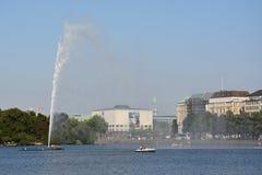 Fontana nel lago Alster a Amburgo, Germania Fotografia Stock