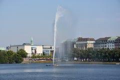 Fontana nel lago Alster a Amburgo, Germania Immagini Stock