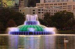 Fontana nel lago park della città Fotografia Stock
