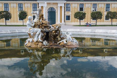 Fontana nel parco Schonbrunn immagini stock