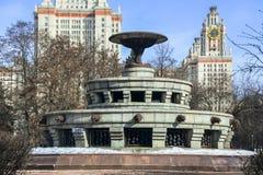 Fontana nel quadrato davanti alla costruzione principale dell'università di Stato di Mosca Fotografie Stock Libere da Diritti