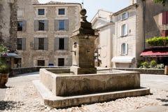 Fontana nel quadrato di Gordes, Luberon, Provenza, Francia, insieme di di mattina Fotografia Stock