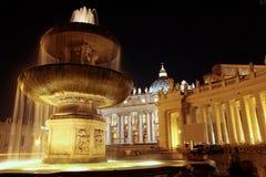 Fontana nel quadrato di St Peter Immagini Stock