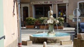 Fontana nel villaggio di Riez, Provenza, Francia immagini stock