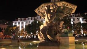 Fontana nella notte con la camminata della gente video d archivio