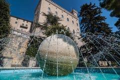 Fontana nella palla del marmo della Repubblica di San Marino nel centro Fotografia Stock