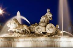 Fontana orizzontale di Cibeles con i leoni alla notte Immagini Stock