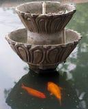 Fontana in ozio e pesci dorati Immagini Stock