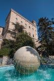 Fontana in parco Laburin, palla di marmo della Repubblica di San Marino nel centro Immagine Stock