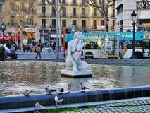 Fontana a Plaça de Catalunya a Barcellona, Spagna Fotografie Stock Libere da Diritti