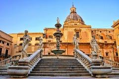 Fontana Pretoria de Palermo, Sicilia en la oscuridad imagen de archivo